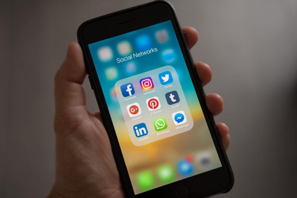 Smartfon z aplikacjami social media