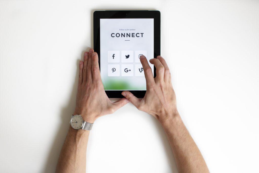 aplikacje social media na tablecie