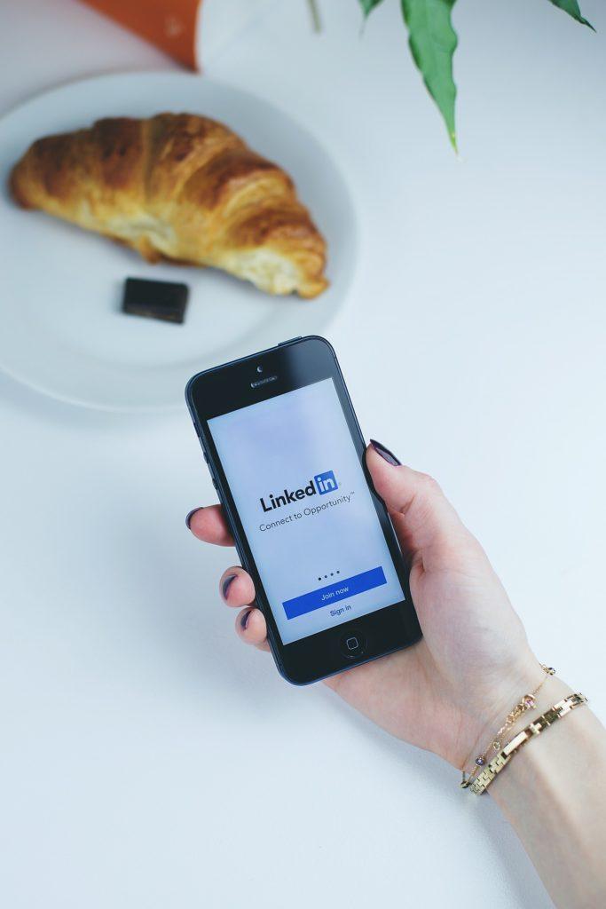 Aplikacja Linkedin na smartfonie