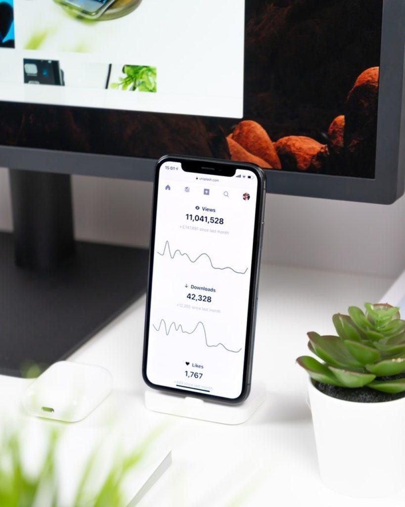 smartfon oparty o monitor ze statystykami