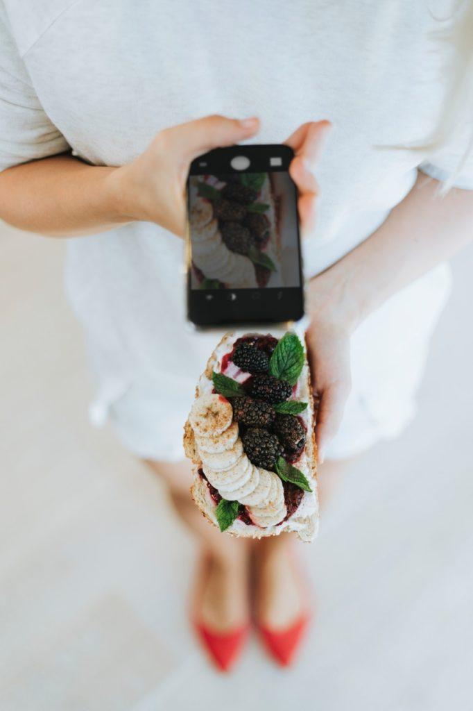 aparata kanapka kobieta robiąca zdjęcie