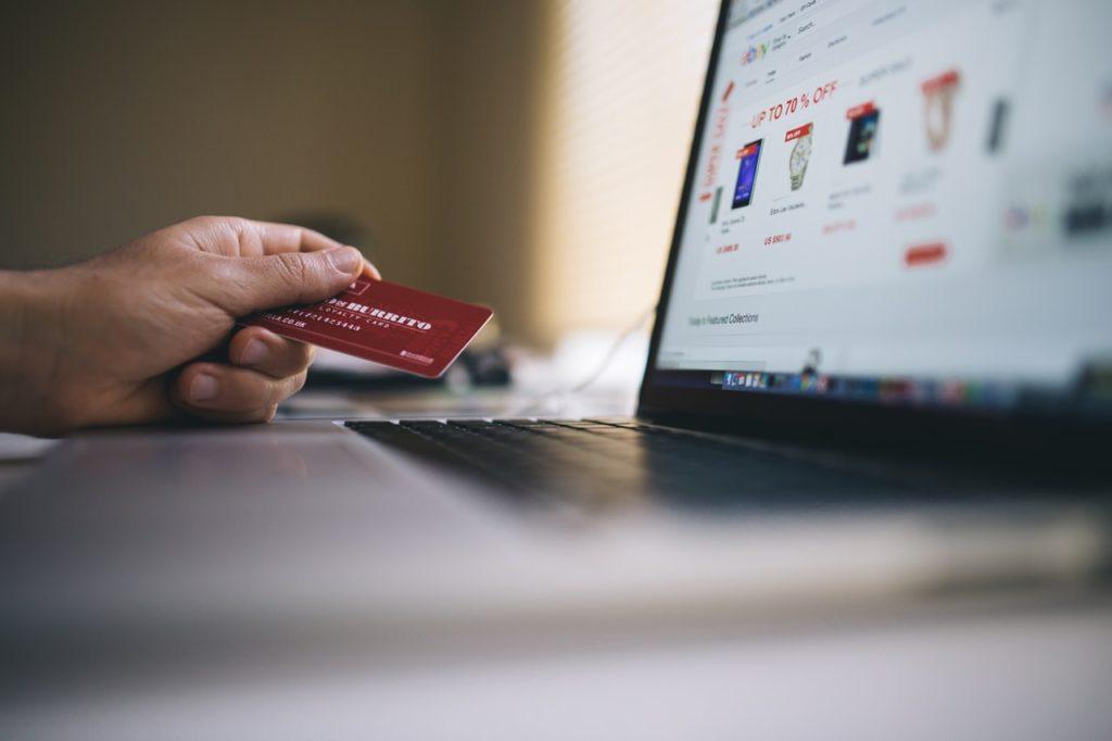 czerwona karta kredytowa, laptop, zakupy online